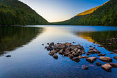 Morning reflections at Bubble Pond, in Acadia National Park, Mai — Stock Photo