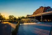 ジョージタウン、ワシントンのウォーター フロントに夕暮れ時の噴水, — ストック写真