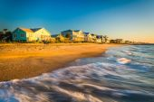 Waves in the Atlantic Ocean and morning light on beachfront home — Stock Photo