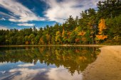 Early fall color and reflections at Echo Lake in Echo Lake State — Stock Photo