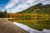 Early fall colors and reflections at Echo Lake,  in Franconia No — Stock Photo