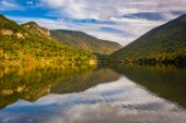 Early fall reflections at  Echo Lake, in Franconia Notch State P — Stock Photo