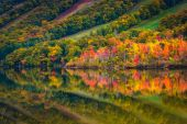 Fall colors reflecting in Echo Lake, in Franconia Notch State Pa — Stock Photo
