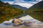 Rocks and reflections in Echo Lake, at Franconia Notch State Par — Stock Photo