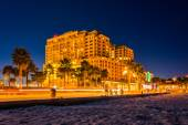 Traffic moving past a hotel and the beach at night, in Clearwate — Stock Photo