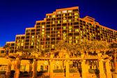 Large hotel at night, in Daytona Beach, Florida. — Stock fotografie