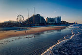 View of hotels and rides along the boardwalk from the fishing pi — Stock Photo