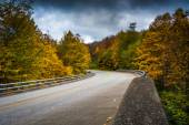 Autumn color and bridge on the Blue Ridge Parkway in North Carol — Stock Photo