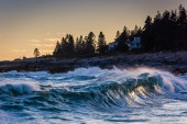 Large waves in the Atlantic Ocean seen from Pemaquid Point, Main — Stock Photo