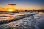 Sunset over the fishing pier and Gulf of Mexico in Fort Myers Be — Stock Photo