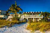 Palm trees and beach houses at Fort Myers Beach, Florida. — Stock Photo