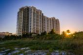 Sunset and hotel at the beach on Singer Island, Florida. — Stockfoto