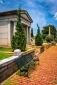 Bench and mausoleum at Oakland Cemetary in Atlanta, Georgia. — Stock Photo