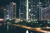 晚上,在市中心的迈阿密河沿岸建筑物迈阿密,弗洛 — 图库照片