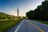 Farm field along country road in the rural Potomac Highlands of  — Stock Photo