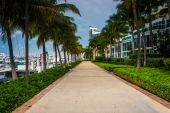 Modern buildings and walkway in South Beach, Miami, Florida. — Stock Photo