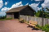 The Enviromental Education Center and benches at Mount Mitchell  — ストック写真