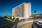 Walkway and view of an apartment building in Clearwater, Florida — Stock Photo