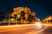 Traffic moving past a hotel and palm trees on Coronado Drive at  — Stock Photo