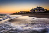 Waves in the Atlantic Ocean and beachfront homes at sunset, Edis — Stock Photo