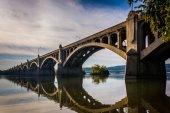 The Veterans Memorial Bridge reflecting in the Susquehanna River — Stock Photo