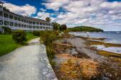 Waterfront path and hotel in Bar Harbor, Maine. — Stock Photo