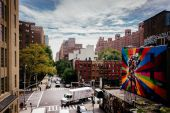 Murals and buildings on 25th Street in Chelsea seen from The Hig — Stock Photo