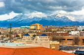 View of distant mountains and buildings in Albuquerque, New Mexi — Stock Photo