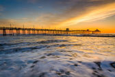 Waves in the Pacific Ocean and the fishing pier at sunset, in Im — Stock fotografie