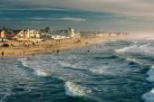 Vågor i Stilla havet och utsikt över stranden från den fishin — Stockfoto