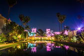 The Lily Pond and Prado Restaurant at night, in Balboa Park, San — Foto de Stock
