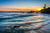 Waves in the Pacific Ocean at sunset, seen from Heisler Park, in — Stockfoto