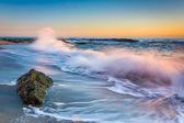 Waves crashing on rocks at sunset, at Victoria Beach, Laguna Bea — Fotografia Stock