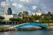 Bridge at Rainbow Lagoon Park and view of buildings in Long Beac — Stock Photo