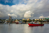 Dramatic stormy sky over buildings and boats in Long Beach, Cali — Stock Photo