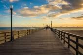 De pier bij zonsondergang, in Seal Beach, Californië. — Stockfoto