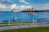 View of ships in Long Beach Harbor from Shoreline Aquatic Park i — Stock Photo