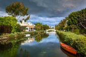 Houses and boats along a canal in Venice Beach, Los Angeles, Cal — ストック写真