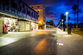 El Venice Beach Boardwalk en la noche, en Venice Beach, Los Angeles — Foto de Stock