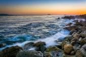 Waves crashing on rocks at Pelican Cove at sunset, in Rancho Pal — Stock Photo