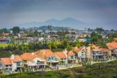 View of houses and distant mountains from Hilltop Park in Dana P — Stok fotoğraf