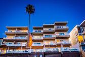 Modern hotel at night, in Laguna Beach, California. — Stock fotografie