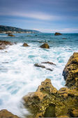 Rocks and waves in the Pacific Ocean at Monument Point, Heisler  — Stockfoto