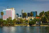 The Los Angeles skyline and the lake at MacArthur Park, in Westl — Stockfoto
