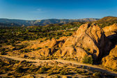 Skály a pohled na vzdálené hory v Vasquez Rocks County Park — Stock fotografie