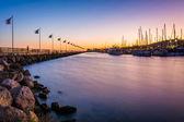 Vlnolam a lodě v přístavu při západu slunce, v Santa Barbaře, — Stock fotografie