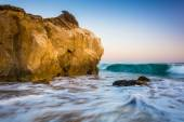 Rocks and waves in the Pacific Ocean, at El Matador State Beach, — Stock Photo