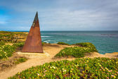 Triangle sculpture on a bluff above the Pacific Ocean, in Santa  — Stock Photo
