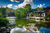 パゴダとオレゴン州ポートランドで Lan Su 中国庭園で池 — ストック写真