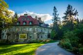 Walkway and the Pittock Mansion, at Pittock Acres Park, in Portl — Stock Photo